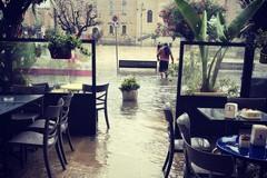 Bomba d'acqua a Giovinazzo. E la zona della piazza si allaga