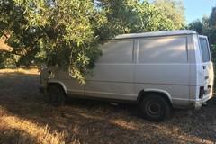 Parcheggiato in campagna dopo il furto. Rinvenuto un furgone rubato