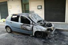 Incendio in via Gentile, le fiamme distruggono una Fiat Punto