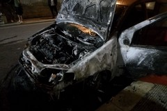 Fiamme nella notte in via Cialdini: distrutta una Fiat Punto