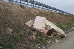 Complanari invase dai rifiuti in contrada Pozzo Rosso