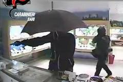 Si finge cliente, ma è complice dei rapinatori: arrestato