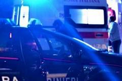 Incidente nella notte: auto finisce sul marciapiede e abbatte la segnaletica