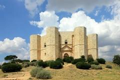 """«Amleto, la colpa, la riparazione», il teatro che nasce dal basso di """"Senza Piume"""" in scena a Castel del Monte"""