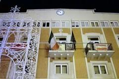 Sisma centro Italia, bandiere a mezz'asta su Palazzo di Città
