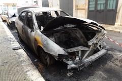 A fuoco tre auto parcheggiate distanti in via Redipuglia