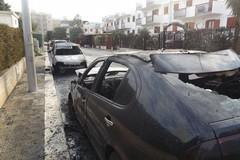 Inferno di fuoco: cinque auto incendiate in via Di Vittorio