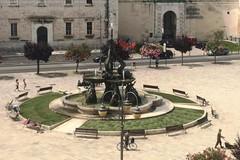 Prato nuovo nelle aiuole ai piedi della Fontana dei Tritoni (FOTO)