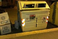 Urne elettorali abbandonate nei pressi dei cassonetti