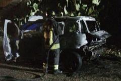 Auto in movimento prende fuoco: illeso il conducente