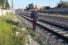Cade sui binari mentre arriva il treno: salvato da tre Carabinieri-eroi