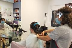 Primo giorno di riapertura: il nostro reportage da una parrucchiera (FOTO)