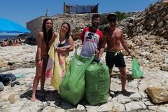Quattro volontari terlizzesi ripuliscono la spiaggia della Torretta