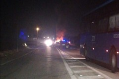 Scoppia l'incendio mentre l'auto è in marcia, nessun ferito