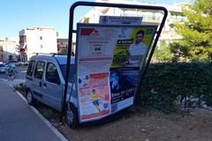 Perde il controllo dell'auto e finisce contro un cartellone pubblicitario