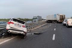 Incidente sulla strada statale 16 bis, scontro camion-suv. Due feriti