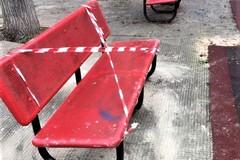 Rimessa al suo posto la panchina in piazzetta Kennedy