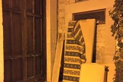 Shock nel borgo antico: materassi e parti di divano abbandonati davanti alla Chiesa del Carmine