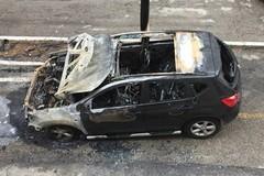 Fiamme nella notte: brucia una Nissan Qashqai