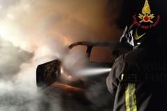 Un'altra mezzanotte di fuoco, incendiata una Opel Agila