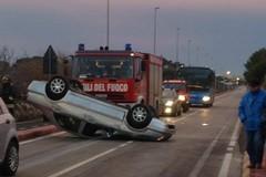 16 Adriatica, auto si ribalta. Un ferito