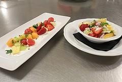 Insalata di frutta e verdura su salsa allo yogurt