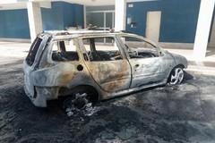 Tornano gli incendi: a fuoco una Peugeot 206
