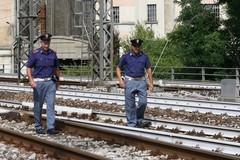 Minaccia il suicidio sui binari, 50enne salvata dalla Polizia