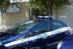 Agente fuori servizio sventa il furto di un'auto in piazza Garibaldi
