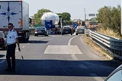 Camion perde il carico, si viaggia ad una sola corsia sulla 16 bis