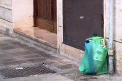 Bustoni contenenti plastica a tutte le ore: i cittadini si ribellano