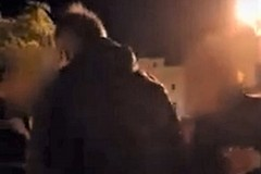 «Che state a fare qui?». Depalma duro con ragazzi in piazza Porto (VIDEO)