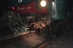 Folle gesto per far deragliare un treno: sassi sui binari