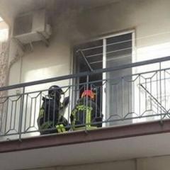Incendio in un appartamento. Paura per un'anziana