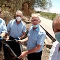 Il sindaco di Giovinazzo ripulisce le piazzole nei pressi degli svincoli. Con lui gli autisti comunali