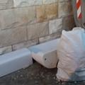 Lavandino abbandonato in strada: ennesima vergogna cittadina