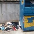 Foto choc: vestiti per indigenti buttati in strada