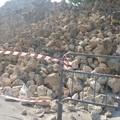 Crollato muretto a secco in via Crocifisso, transennata l'area