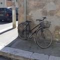Biciclette legate ai pali rimosse dalla Polizia Locale