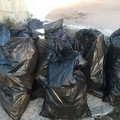 #savetheworldchallenge: così a Giovinazzo una coppia pulisce volontariamente la costa