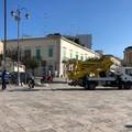 Camion sulle chianche della piazza: dura Sinistra Italiana