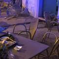 Auto travolge i tavolini del bar Rinaldi