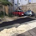Asfalto sul basolato nel borgo antico: i cittadini chiedono la rimozione