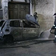 Scoppia un altro incendio: le fiamme divorano un'auto