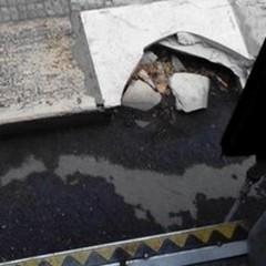 «Scendo dall'autobus su un marciapiede rotto»