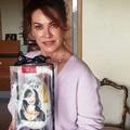 Elena Sofia Ricci posa con l'uovo di Nicola Giotti