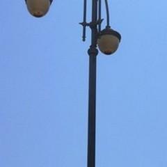 Lampioni accesi in ritardo in Piazza Vittorio Emanuele II