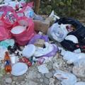 Vergogna sul litorale sud: bivaccano e lasciano tutto in spiaggia