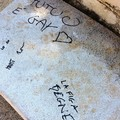 Scritte in piazzetta Cairoli: le ripuliscono i cittadini