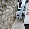 Materasso abbandonato in via Gioia: quando la stupidità supera i confini della realtà